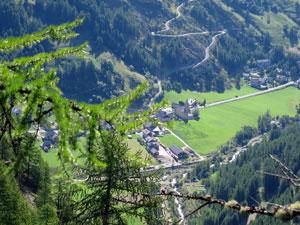 Il villaggio di Arvieux con la sua chiesa in fondo alla valle