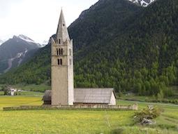 Dans la prairie l'église Ste Cécile veille sur le village