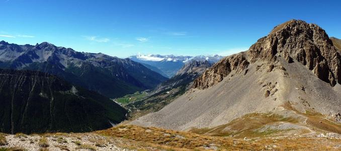 La vue au col des Estronques entre Ceillac et Saint-Véran. Dans le bas la vallée de Ceillac.