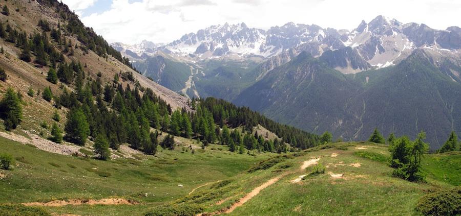 Col de Bramousse entre Ceillac et Guillestre : vue sur la vallée du Guil. Au fond la crête de Croseras au dessus de Furfande