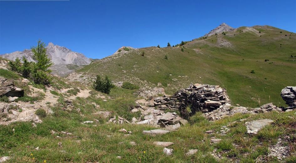 Le col de la Crèche à Château-Ville-Vieille, un magnifique terrain de jeu. Dans le fond on reconnaît les montagnes qui dominent la vallée d'Arvieux avec notamment la Dent de Ratier.