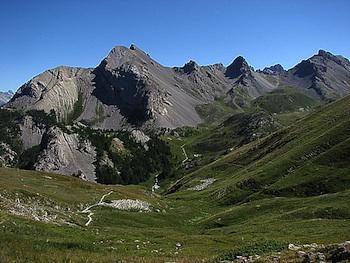 L'Echaillon (Arvieux) vu depuis le col des Ayes. En face la montagne de Jamberoute.