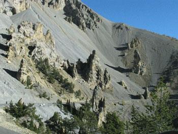 Casse Déserte, site géologique majeur : des demoiselles décoiffées dans une casse (Arvieux)