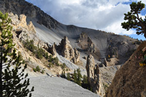 Casse-Déserte sous le col d'Izoard à Arvieux (Queyras), un site géologique remarquable des Hautes Alpes, univers minéral fait d'éboulis et de pointes rocheuses