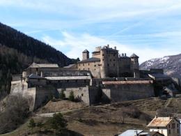 Fort-Queyras, sentinelle des Hautes Alpes, surveille la haute vallée du Guil vers Abriès et Ristolas.
