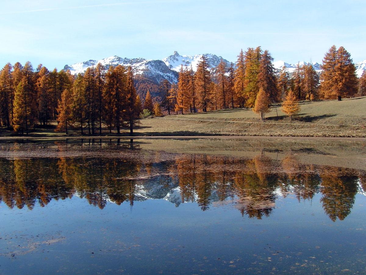 Il lago di Roue in autunno a Arvieux. In lontananza il picco di Rochebrune.