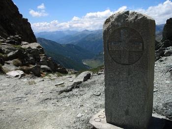 Borne frontière du col du Bouchet à Abriès (Hautes-Alpes) avec la croix de Savoie