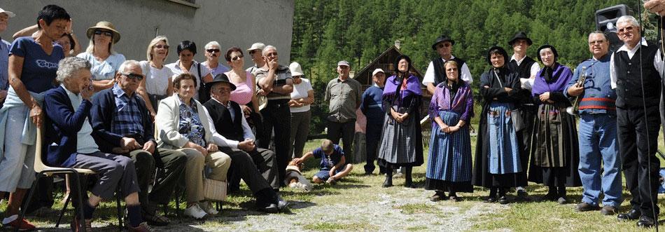 La fête de l'école de Brunissard : les femmes sont en gounelle, la robe traditionnelle du Queyras, et portent le châle, les hommes sont en pantalon et gilet noirs.