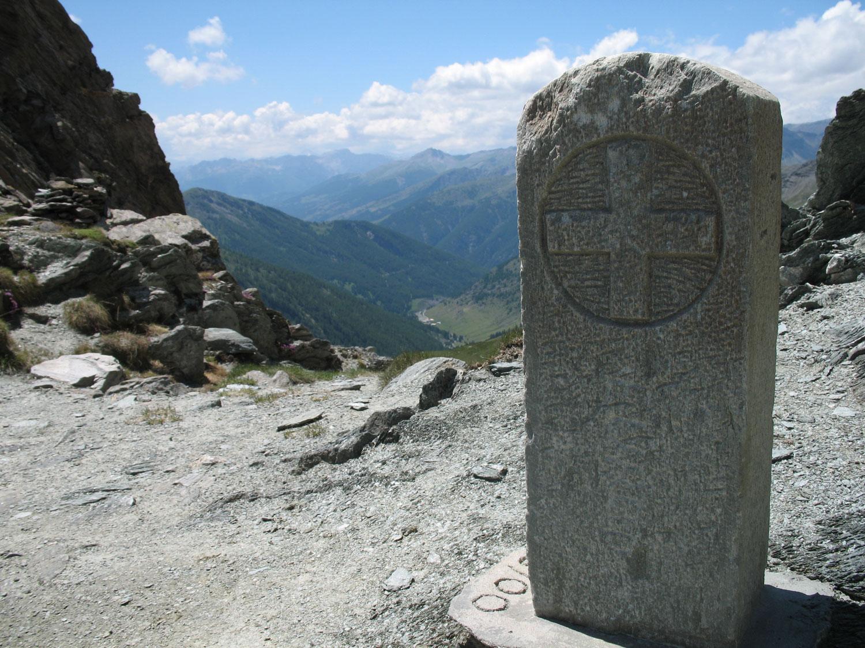 Cippo confinario al col du Bouchet a Abriès (Alte Alpi) con la croce di Savoia