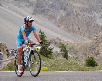 Un cycliste du Tour de France au col d'Izoard, descente vers Arvieux