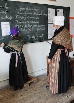 Schule von Arvieux (Queyras - Frankreich) - Schulerin an der Tafel