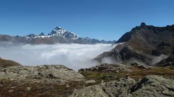 Le Mont Viso domine les montagnes voisines de la tête et des épaules