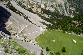 Pra-Premier à Arvieux et la casse qui le domine: un ancien lac glaciaire qui a été comblé.