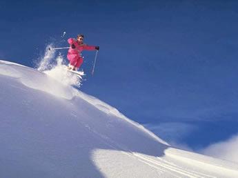 Saut à ski dans la poudreuse