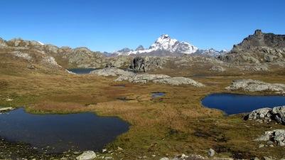 Les roches moutonnées entre les lacs sont les témoins de l'action du glacier à Saint-Véran