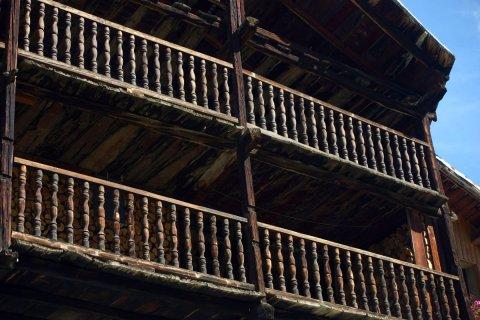 Balcons d'une maison traditionnelle à Molines (Queyras, Hautes Alpes)