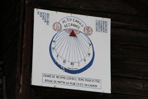 """Cadran solaire de 1963 à Peynin (Aiguilles en Queyras). """"Rouge le soir, le temps peut être beau. Rouge le matin, la pluie est en chemin."""""""