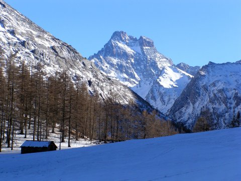 Le chalet de la Médille à Ristolas, dominé par le mont Viso (Queyras, Hautes Alpes)