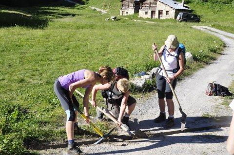 Corvée d'entretien du chemin d'accès aux chalets de Clapeyto