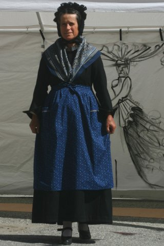 Costume traditionnel du Queyras - Femme avec gounelle, tablier, châle et bonnet