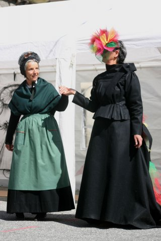 Costume traditionnel du Queyras avec gounelle, tablier, châle et bonnet et costume plus moderne