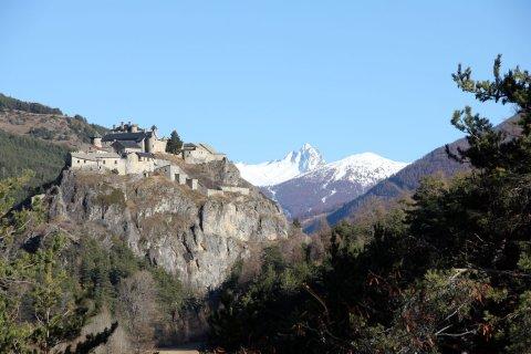 Fort-Queyras, au loin le Bric Bouchet  (Hautes Alpes)