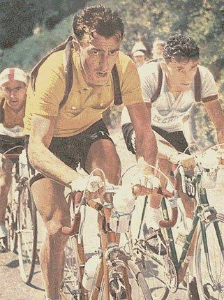 Louison Bobet. Si dice che il ciclista che porta la maglia gialla all'arrivo della tappa dell'Izoard vincerà il Tour de France. Leggenda o realità ?