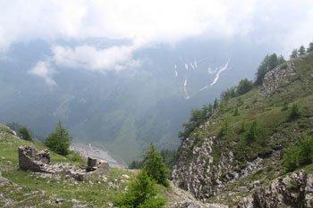 Vers le col Lacroix (2 299 m) entre Ristolas (Queyras) et le Val Pellice en Italie. La montagne a été plus forte que le chalet.