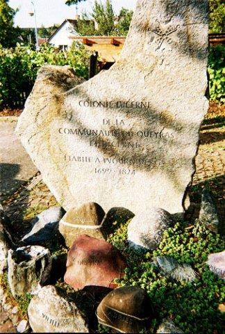 Auf der Steinplatte: Siedlung Luzern der Gemeinschaft Queyras und Luzern gegründet in Wurmberg 1699 – 1824. Auf den Kieselsteinen: Château-Queyras, Ville-Vieille, Arvieux Abriès, Molines, Aiguilles (nicht zu sehen sind : Ristolas, Saint-Véran, Guillestre)