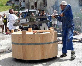 Artisanat : fête des traditions à Ceillac. Le cerclage d'une fontaine en mélèze