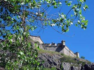 Fortezza Queyras a Château-Ville-Vieille (Francia) e la sua torre di guardia vicina alla via ferrata