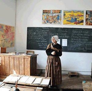 Ecole d'Arvieux (Queyras) - Maîtresse devant le tableau