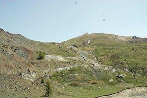 Vue générale de la mine. Comment les hommes préhistoriques ont-ils pu trouver du cuivre dans ce site ?