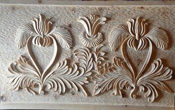 Motif du XVIIIe siècle à Saint-Véran (Hautes Alpes) repris pour une façade de coffre en pin cembro