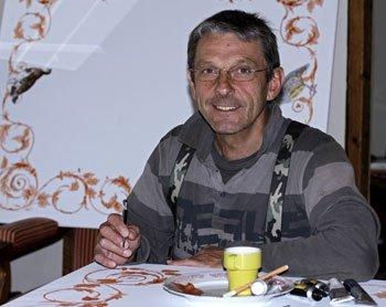 Rémi Potey, artiste occupé à peindre sur de la soie