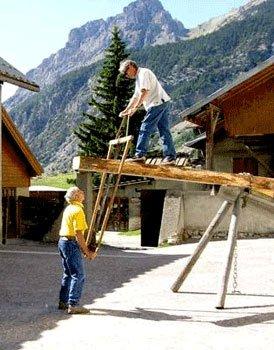 Festa delle tradizioni a Ceillac - L'uso della loube è durato fino alla comparsa delle segherie elettriche negli anni '50.