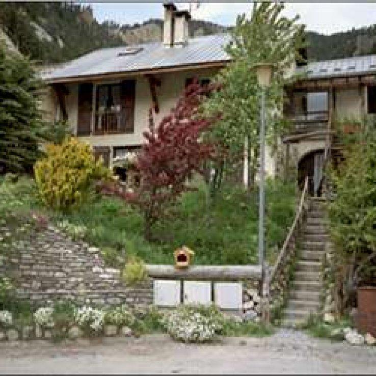 """Ici, à Ceillac, le soleil se dit """"Lou Soureil"""". """"Lou Soureillaour"""" (souréyaour), c'est l'endroit où les marmottes """"se soleillent"""". L'appartement en chalet que je vous propose a été aménagé dans cet esprit, douillet, confortable et reposant. Laissez-moi vous présenter votre prochain lieu de vacances à la montagne."""