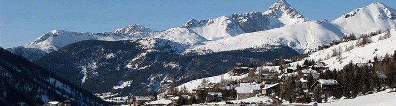 Vue panoramique de Molines-en-Queyras et de ses montagnes (à droite, le pic de Rochebrune)