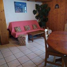 La salle à manger avec le coin salon