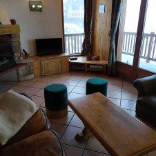 Le salon avec la cheminée et l'accès sur le balcon