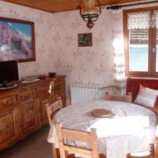 La salle à manger avec télévision de l'appartement les Jonquilles 4 personnes à Saint-Véran