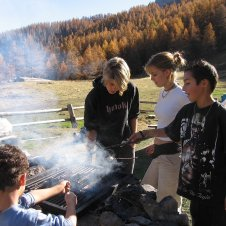 barbecue devant un chalet d'alpage