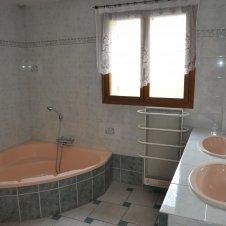 salle de bains avec baignoire  d'angle et douche