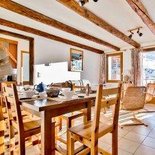 La salle à manger avec cuisine séparée de la Pointe du Jour, appartement 8836 pour 6 personnes