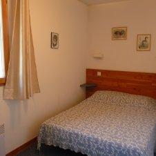 chambre avec lit 140