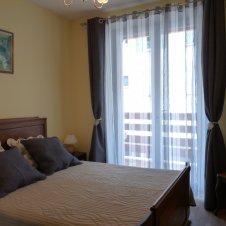 chambre avec porte-fenêtre donnant sur balcon