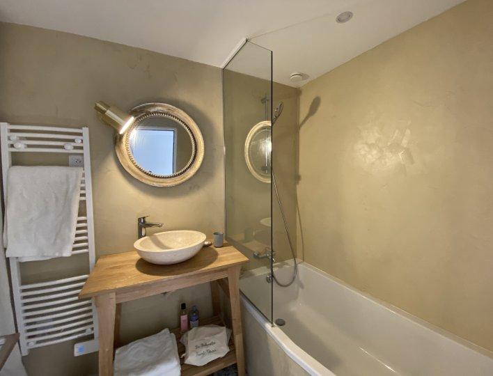 Salle de bain : Sèche serviette, machine à laver & Sèche linge