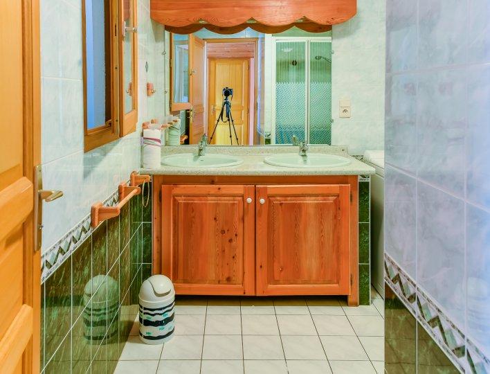 Une salle de bains moderne et confortable