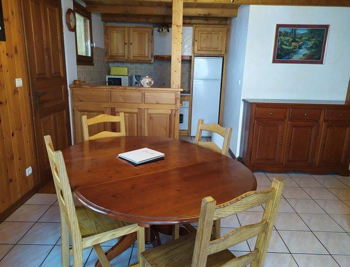 La salle à manger avec cuisine ouverte toute équipée