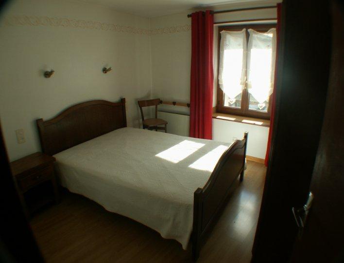 Chambre lit double dans appartement à louer à Abriès
